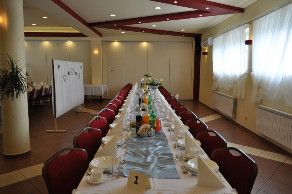 Sala duża: ustawienie stołów na przyjęcie komunijne